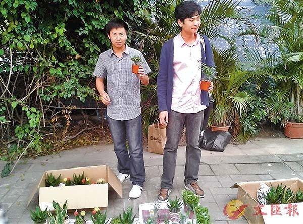 ■ 王銳旭(右)和室友大學時擺攤。 受訪者供圖