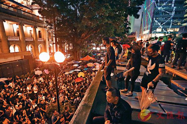 ■ 去年8月初,有公務員在中環遮打花園集會反對修訂逃犯條例。資料圖片