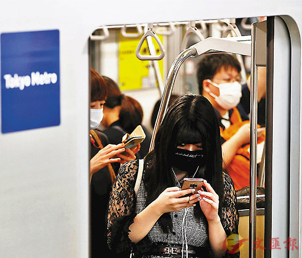 ■ 東京市民佩戴口罩搭乘地鐵。 路透社