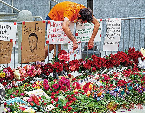 ■ 洛杉磯有不少民眾獻花,悼念弗洛伊德。 美聯社