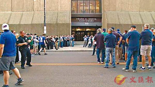 ■ 大批執法人員在法院外等候結果。 網上圖片