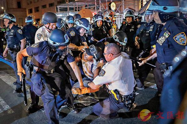 ■ 明市限制警員過度用武。圖為美國警員拘捕示威者。 美聯社