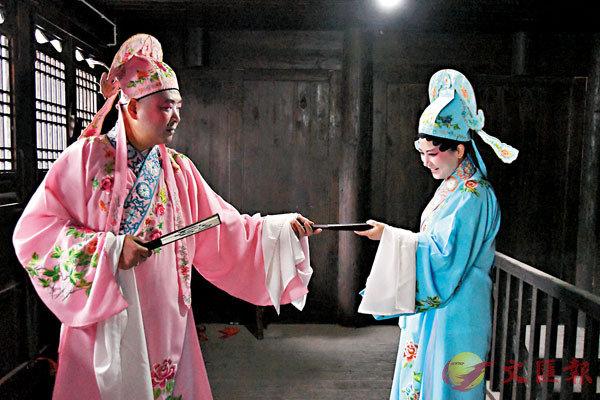 ■辰河高腔演員何芳(右)和張勛在進行排練。