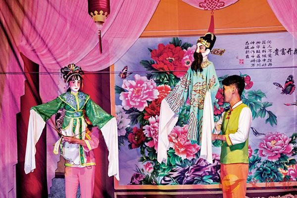 ■人偶戲由演員與木偶同台合演,互為一體。