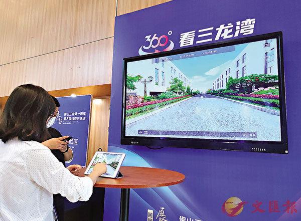 ■民眾在展示板上360度「雲觀看」三龍灣建設情況。 香港文匯報記者盧靜怡 攝