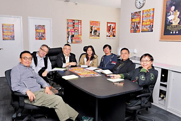 ■ 李居明(左三)希望《通靈師》繼續為香港的紀錄片製作爭光。