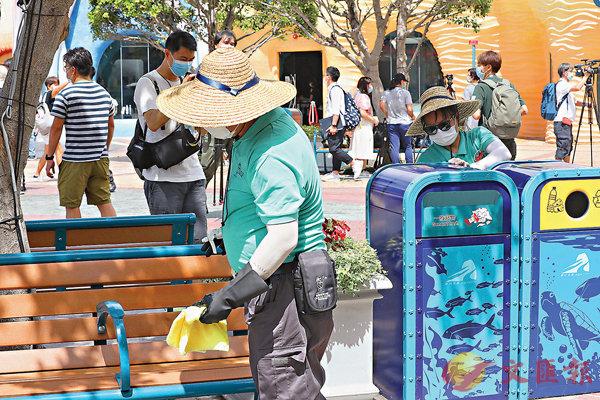 ■園內工作人員加強清潔各項設施。香港文匯報記者  攝