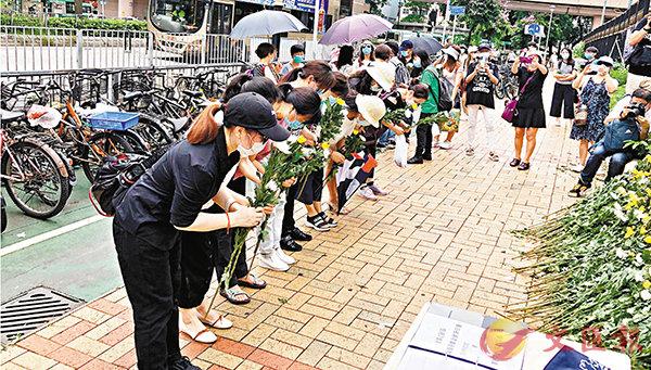■參與悼念的市民根據限聚令8人一組獻花。 香港文匯報記者  攝