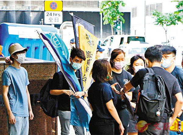 ■前晚警方驅散行動中,有以學生團體作幌子的「港獨」組織成員被捕。 香港文匯報記者  攝