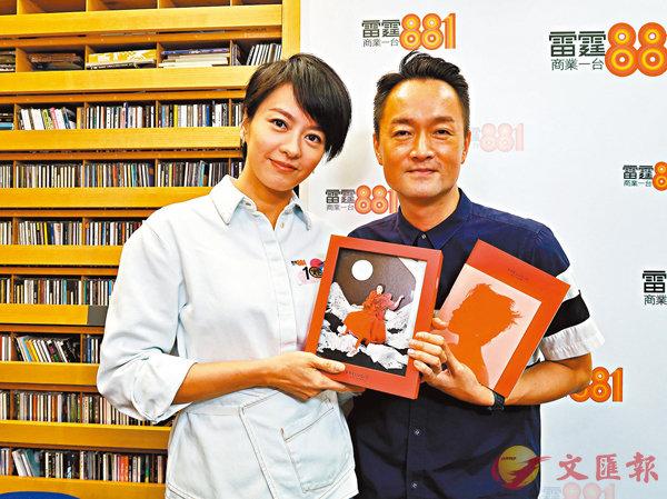■梁詠琪(左)表示結婚生女後,才學懂舞台及音樂。