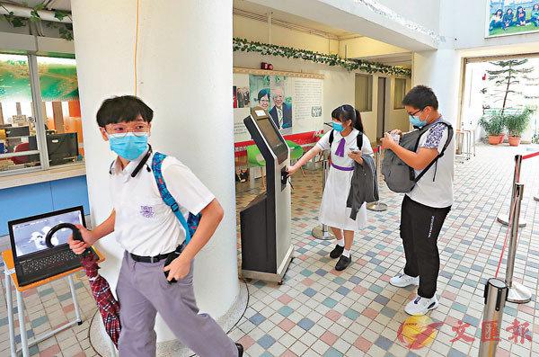 ■跨境生進校時要拍卡及量度體溫。香港文匯報記者  攝