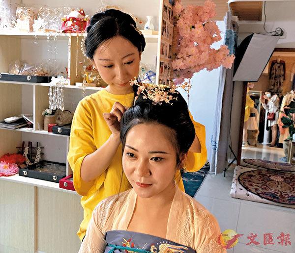 ■ 劉楠給顧客做頭髮造型。     記者張仕珍  攝