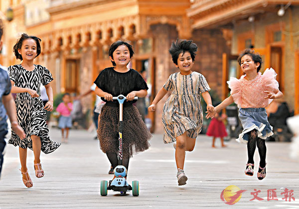 ■ 孩子們在新疆和田市「團城」的鴿子巷玩耍。  新華社