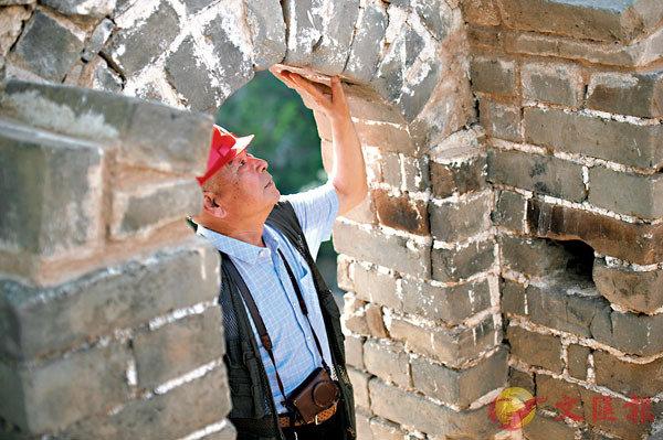 ■程永茂檢查修繕後的長城敵樓門洞。