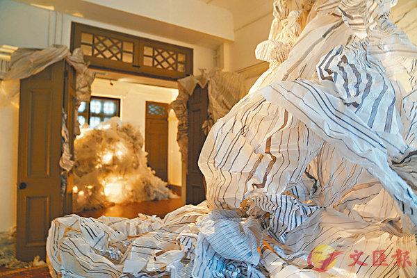 ■V54三個房間內擺滿藝術家親手製作的「紙山」。