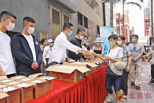 ■「香港再出發大聯盟」派發30萬支酒精搓手液予有需要市民。