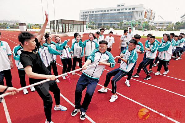 ■山東青島通濟實驗學校高三學生用拔河比賽釋放身心壓力。