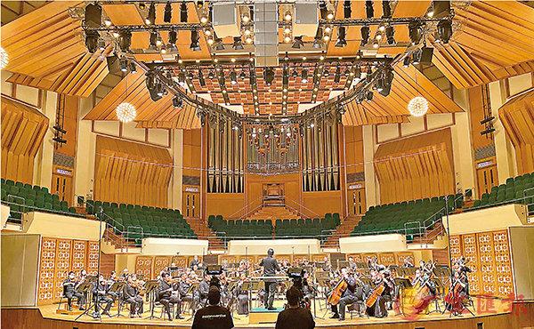 ■港樂父親節音樂會,現場架設錄影裝置,觀眾在網上觀看。  港樂提供