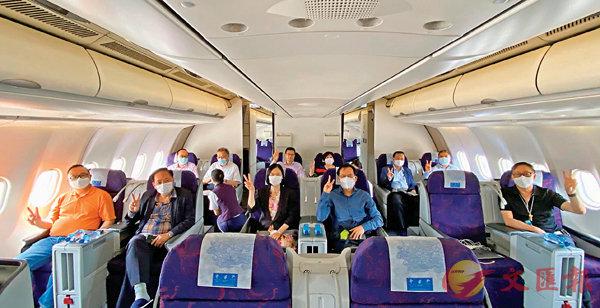 ■ 譚耀宗和十名列席今日人大常委會會議的港區全國人大代表昨日啟程赴京。 fb圖片
