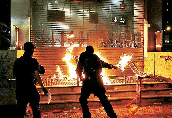 ■黑衣魔曾深夜以汽油彈火燒黃埔港鐵站。 資料圖片