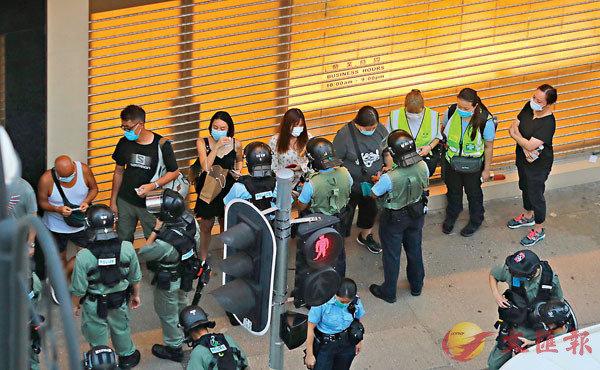 ■警方先後拘捕53名滋事者。 香港文匯報記者  攝