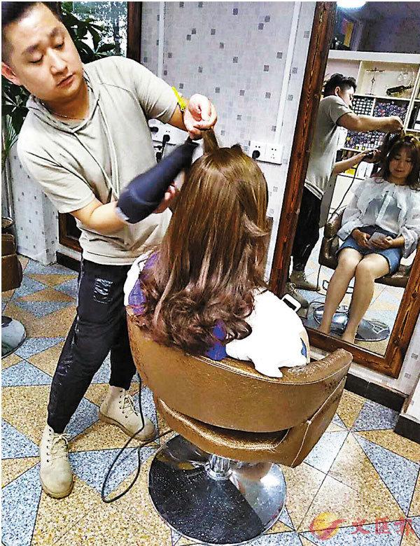 ■髮型師付小布在家鄉開的「木木造型」。