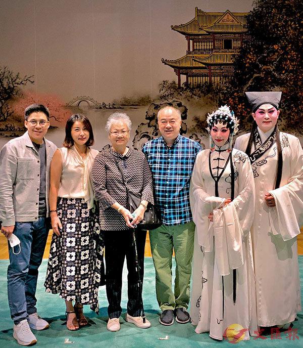 ■霍啟剛夫婦,高志森母子恭賀龍貫天、謝曉瑩首演《畫皮》成功。