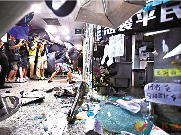 ■去年7月22日下午,荃灣荃豐中心的何君堯議員辦事處被大批示威者包圍破壞,損毀嚴重,玻璃碎滿一地。 資料圖片