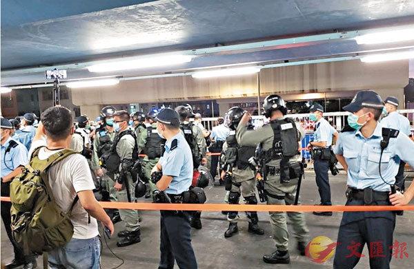 兩批持不同意見的團體人士,前日傍晚於港鐵朗屏站行人天橋擺街站時發生衝突,警員到場控制場面。 網上圖片