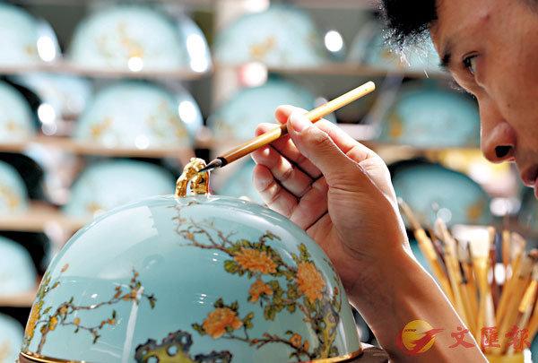 ■永豐源工作人員細緻地為瓷器進行手繪。 受訪者供圖