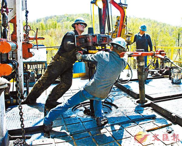 ■ 鑽探工人在鑽井平台工作。Chesapeake曾是能源業「頁岩革命」的領頭羊。 美聯社