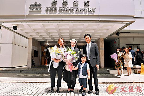 ■杜德偉一家現身祝賀姨仔獲取大律師資格。