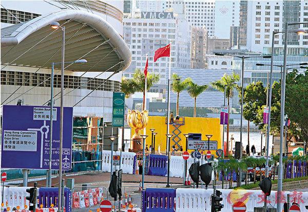 ■灣仔會展外圍昨已設置巨形水馬布防。香港文匯報記者劉友光 攝