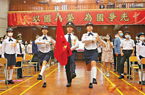 ■升旗手踏�蚞蒚籊B伐,邁向旗杆。香港文匯報記者  攝