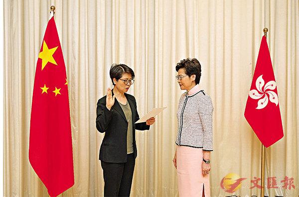 ■在林鄭月娥監誓下,劉賜蕙昨日宣誓就任警務處副處長專責國安事務。