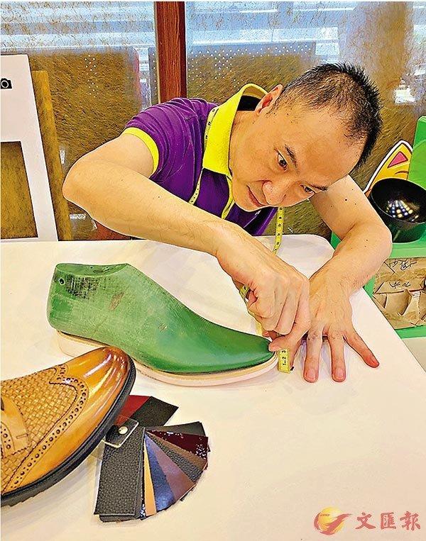 ■ 陳泉宏有30多年的鞋類設計經驗,潛心研發獲得多項專利。 香港文匯報記者敖敏輝  攝