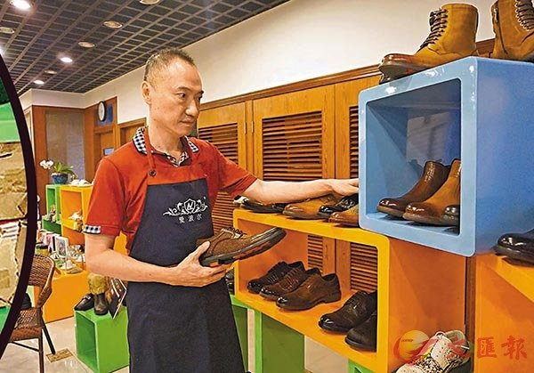 ■ 從早期在台灣鞋廠設計女鞋,之後跨過海峽到大陸加入父親的鞋廠,金融危機後專營鞋類貿易,到如今創立THEURGY魔法鞋正裝皮鞋品牌,陳泉宏有30多年都在研究鞋。 受訪者供圖
