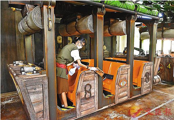 ■ 新加坡環球影城工作人員清理娛樂設施。 法新社