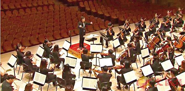 ■吳懷世在首爾指揮京畿愛樂樂團演奏貝多芬的第七交響曲。  網絡截圖
