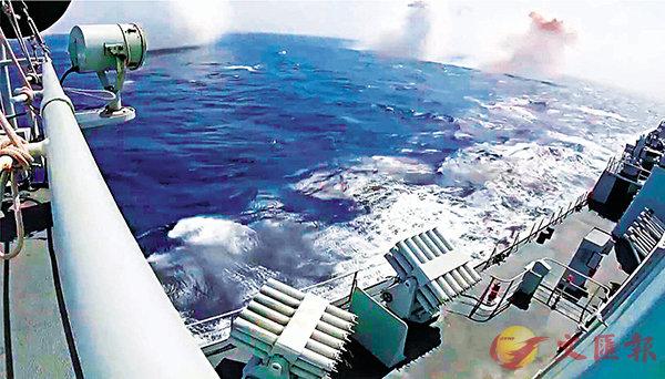 ■ 解放軍在南海演練模擬遇到雷達被干擾。圖為玉林艦向不同角度連續發射數枚干擾彈,規避「來襲導彈」。視頻截圖