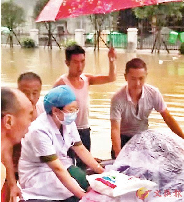 ■雲南一高危產婦在洪水中的輪胎上順利分娩。 視頻截圖