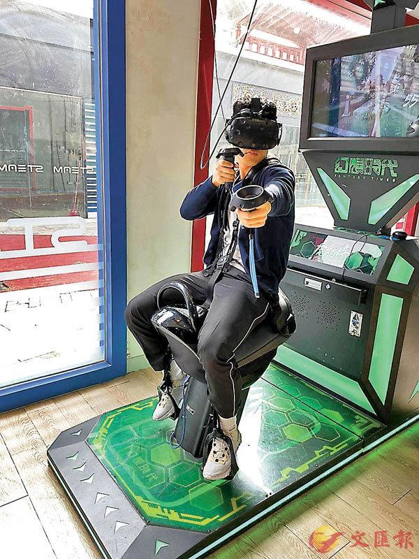 ■學生在STEAM VR體驗中心試玩。