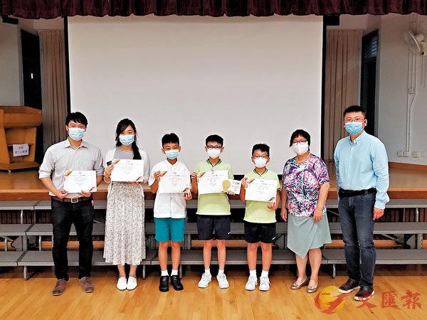 ■張澤松(右一)與小學組一等獎學生及教師合照。 聯盟供圖