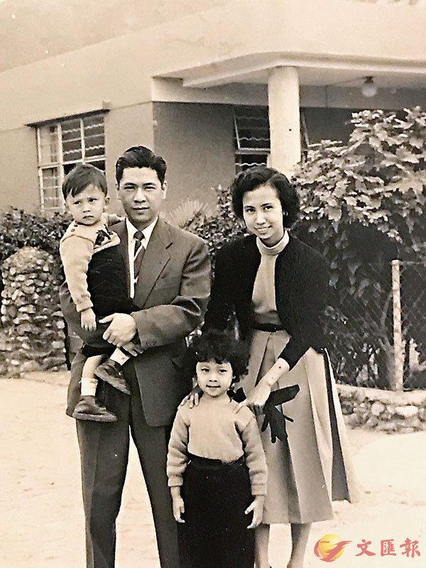 ■小時候,我(小女孩)與弟弟跟阿姨和她的男朋友在大磡村喬宏叔的漂亮石屋前留影。 作者供圖