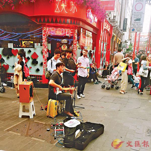 ■唐人街街頭藝人和加入的觀眾。