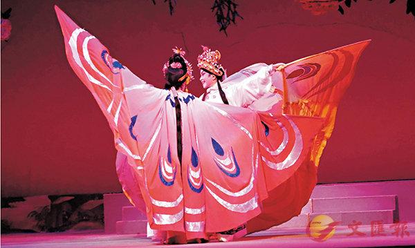 ■男女主角的蝴蝶裝以舞蹈身段顯現蝶翼的圖案。