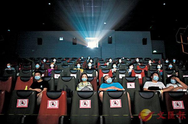 ■觀眾在武漢一家影院內觀影。