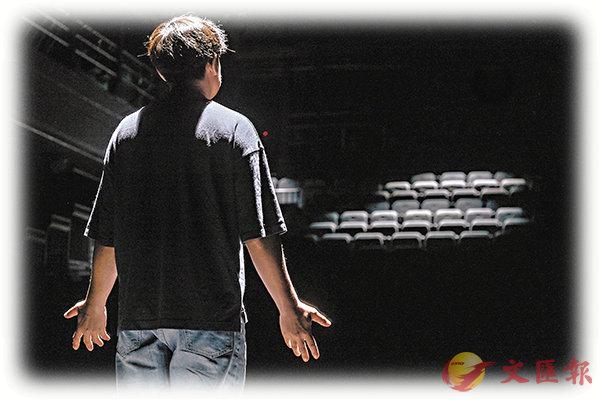 ■演員受邀來到空寂的西九自由空間「大盒」,面對觀眾席一訴衷腸。攝影:Darwin Ng