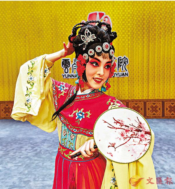 ■杜蘇琳娜在雲南省滇劇院舞台上帶妝練習。