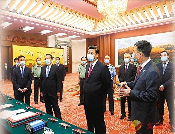 ■習近平參觀北斗系統建設發展成果展覽展示。 新華社